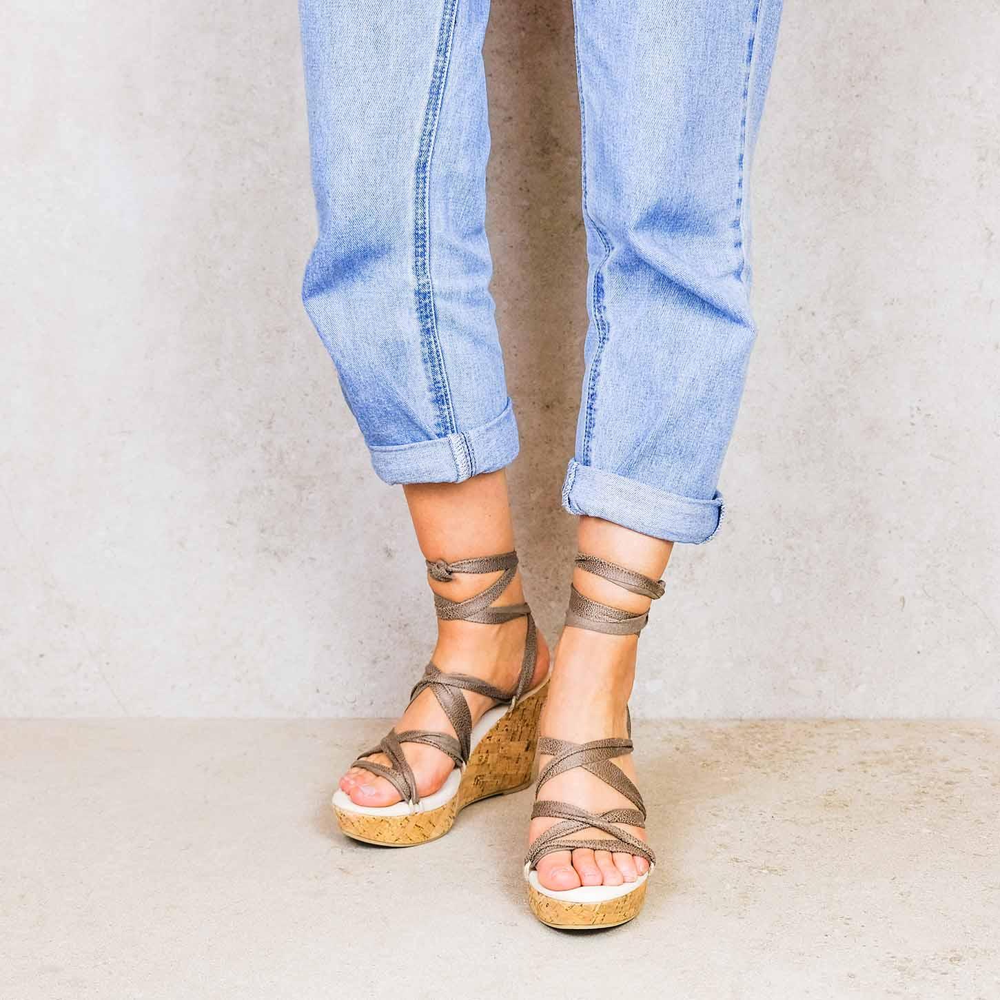 Desert-taupe_desert linten lintsandalen sandals travelsandals vegan sustainable sandals wikkelsandalen